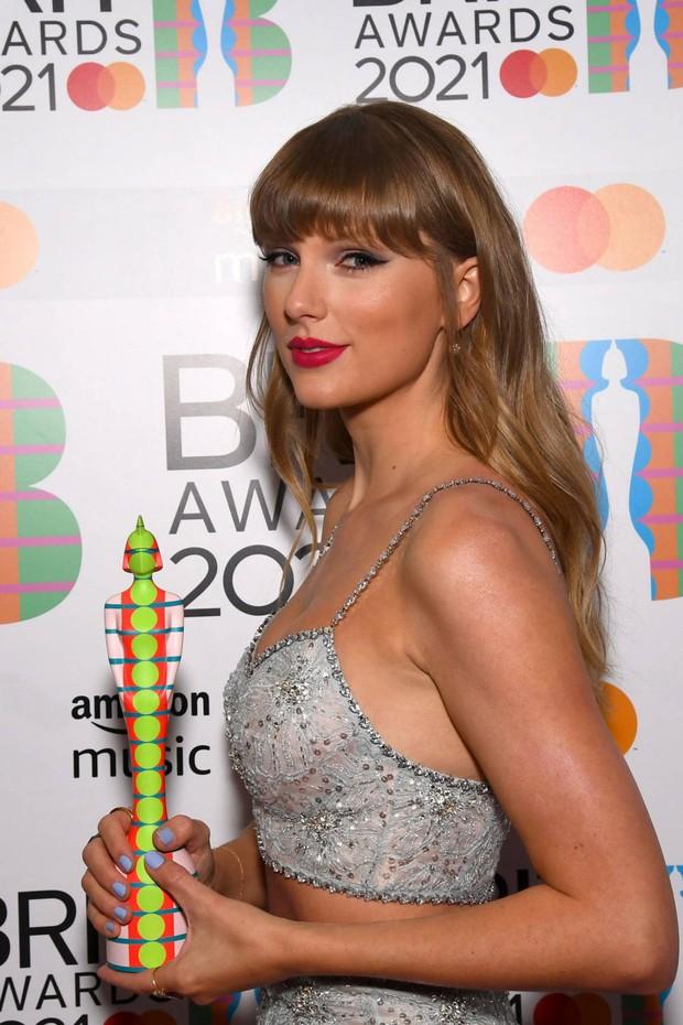 Taylor Swift lột xác ngoạn mục trên thảm đỏ nhờ giảm cân: Visual đỉnh body nuột hẳn, nhưng vòng 1 khủng biến đâu rồi? - Ảnh 11.