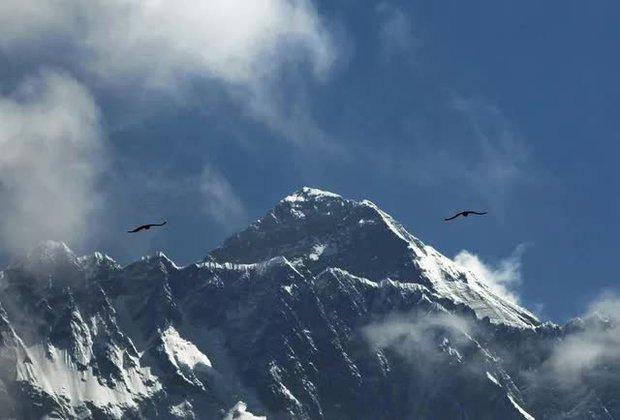 Hai nhà leo núi tử vong trên đỉnh Everest ngay trong ngày đầu tiên mở cửa trở lại - Ảnh 1.