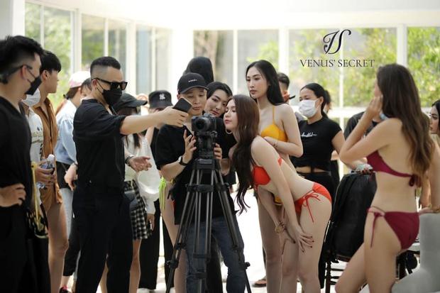 Ekip Vũ Khắc Tiệp và Ngọc Trinh ngang nhiên tổ chức buổi chụp hình đông người, nhiều nhân viên không đeo khẩu trang giữa dịch Covid-19 - Ảnh 12.
