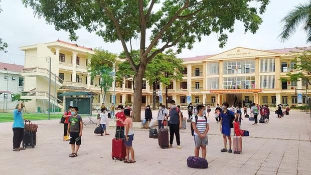 Một học sinh dương tính SARS-CoV-2, gần 60 giáo viên và học sinh phải cách ly tập trung - Ảnh 1.