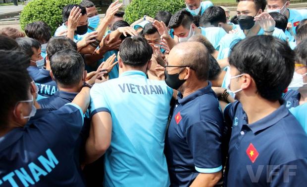 Đội trưởng Quế Ngọc Hải phát biểu xúc động: Tuyển Việt Nam xin hứa sẽ mang vinh quang về cho Tổ quốc - Ảnh 2.