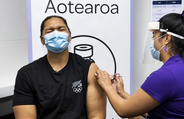 Vì sao các nước từng là điểm sáng chống Covid-19 lại tụt hậu trong cuộc đua tiêm vaccine? - Ảnh 1.