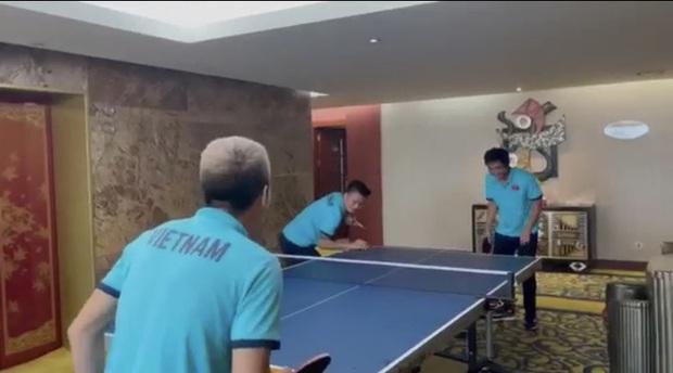 Quang Hải, Tuấn Anh đối đầu Công Phượng, Văn Vũ trong trò chơi bóng bàn: Chân đã khéo tay còn khéo hơn - Ảnh 2.
