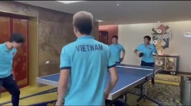 Quang Hải, Tuấn Anh đối đầu Công Phượng, Văn Vũ trong trò chơi bóng bàn: Chân đã khéo tay còn khéo hơn - Ảnh 3.