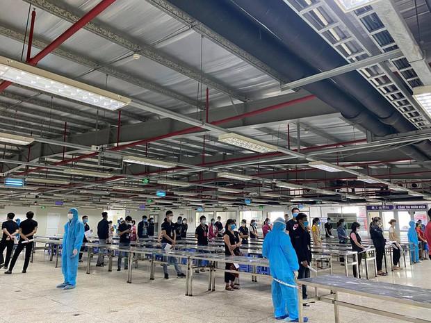 Nhân viên y tế căng mình trong nắng nóng xét nghiệm hơn 80.000 công nhân ở Bắc Giang - Ảnh 1.