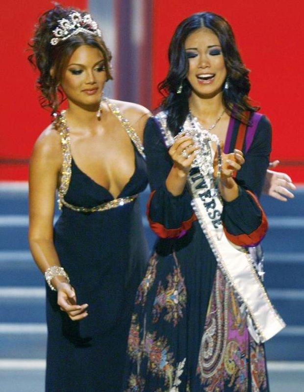 Nhìn lại giây phút thót tim nhất lịch sử: Tân Hoa hậu tuột cả khóa váy, suýt thì hớ hênh - Ảnh 2.