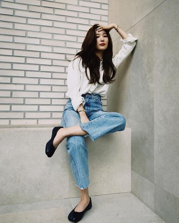 Seulgi là chuyên gia lên đồ với áo trắng, cách mix rất đơn giản nhưng sành điệu hết chỗ chê - Ảnh 1.