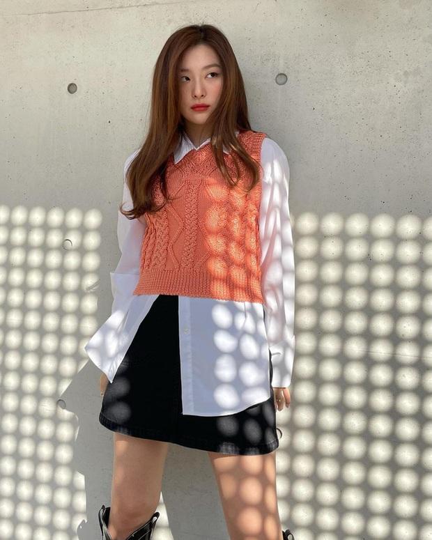 Seulgi là chuyên gia lên đồ với áo trắng, cách mix rất đơn giản nhưng sành điệu hết chỗ chê - Ảnh 2.