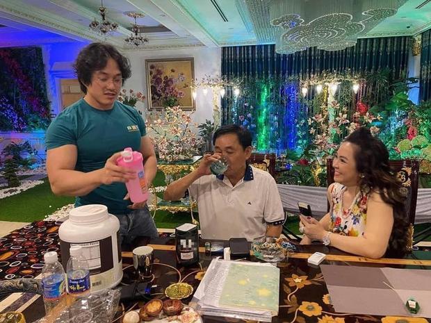 Gym Chúa Duy Nguyễn ghé thăm biệt thự của vợ chồng đại gia Phương Hằng, tận tay pha thực phẩm thể hình mời chủ nhà uống - Ảnh 1.