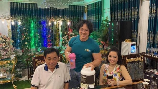 Gym Chúa Duy Nguyễn ghé thăm biệt thự của vợ chồng đại gia Phương Hằng, tận tay pha thực phẩm thể hình mời chủ nhà uống - Ảnh 2.