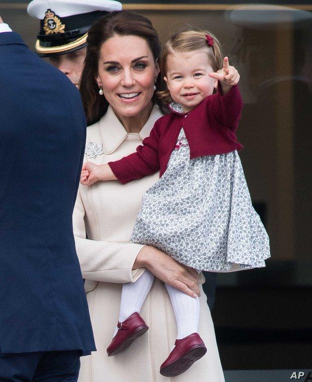 Công chúa Charlotte chứng minh đẳng cấp thời trang Hoàng gia khi lập kỉ lục hiếm ai đạt được - Ảnh 2.