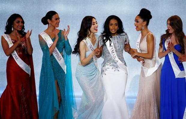 Nhìn lại giây phút thót tim nhất lịch sử: Tân Hoa hậu tuột cả khóa váy, suýt thì hớ hênh - Ảnh 11.
