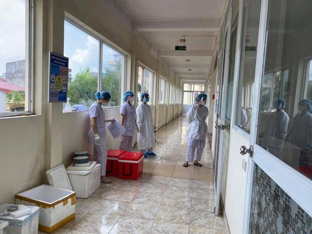 Nhân viên y tế căng mình trong nắng nóng xét nghiệm hơn 80.000 công nhân ở Bắc Giang - Ảnh 4.
