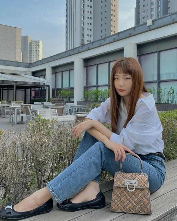 Seulgi là chuyên gia lên đồ với áo trắng, cách mix rất đơn giản nhưng sành điệu hết chỗ chê - Ảnh 4.
