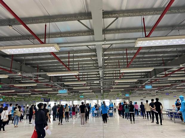 Nhân viên y tế căng mình trong nắng nóng xét nghiệm hơn 80.000 công nhân ở Bắc Giang - Ảnh 6.