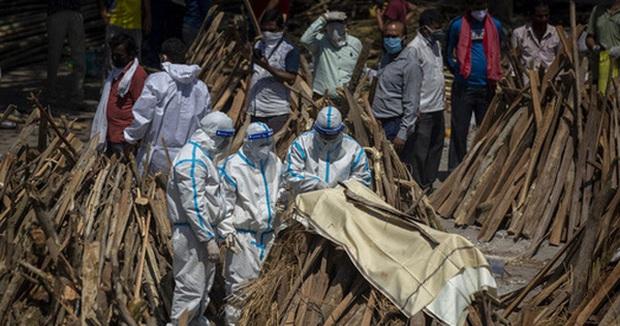 Hành động gây phẫn nộ: Thương nhân Ấn Độ đánh cắp quần áo của người chết vì Covid-19 rồi bán cho người sống - Ảnh 2.
