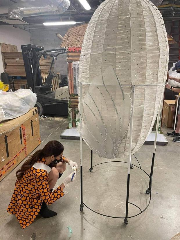 Khánh Vân lên hẳn 2 story Instagram của Miss Universe sau màn trình diễn trang phục dân tộc - Ảnh 1.