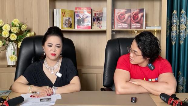 Đại gia Phương Hằng nghẹn ngào trên sóng livestream, gọi tên bồ cũ Ngọc Trinh vào đại chiến với dàn sao Vbiz - Ảnh 4.