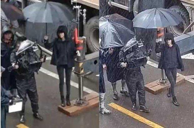 Chỉ với hành động che ô dưới mưa, nhận ra luôn Triệu Lệ Dĩnh và Dương Mịch ai có EQ cao hơn? - Ảnh 2.