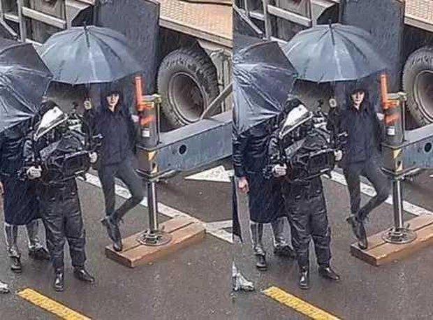 Chỉ với hành động che ô dưới mưa, nhận ra luôn Triệu Lệ Dĩnh và Dương Mịch ai có EQ cao hơn? - Ảnh 3.