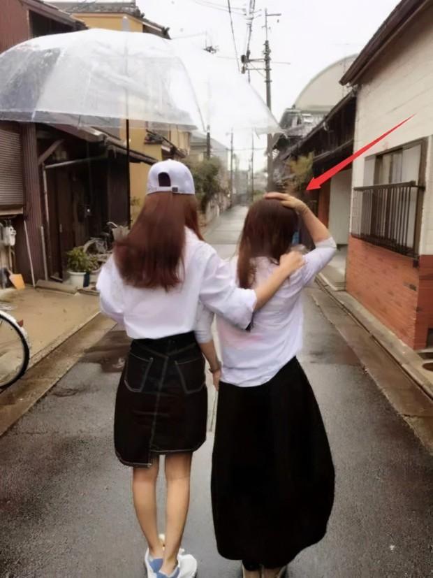 Chỉ với hành động che ô dưới mưa, nhận ra luôn Triệu Lệ Dĩnh và Dương Mịch ai có EQ cao hơn? - Ảnh 4.