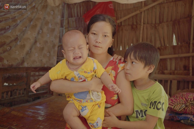 Chồng bỏ lúc mang thai, người mẹ bất lực nhìn 3 đứa con thơ khát sữa, cha già bệnh tật mà thiếu tiền chữa trị - Ảnh 1.