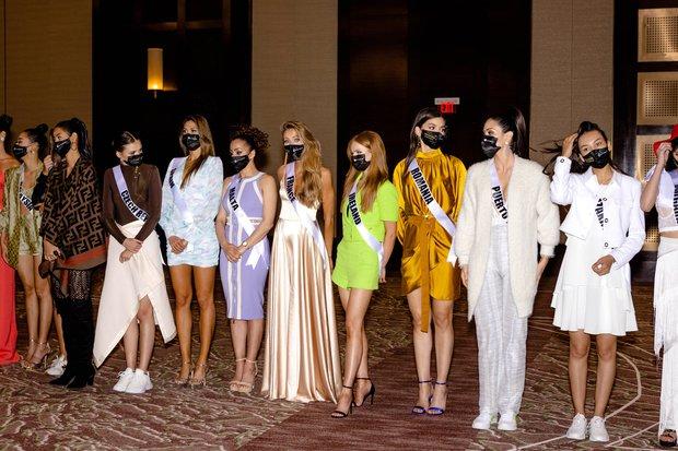 """Cập nhật Bán kết Miss Universe 2020: Dàn thí sinh """"chào sân"""" cực hoành tráng, Khánh Vân lộ diện đầy tự tin và nổi bần bật! - Ảnh 8."""
