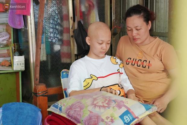Đang học dở lớp 8, cô bé 14 tuổi phát hiện mắc bệnh ung thư xương, cha mẹ nghèo khóc cạn nước mắt tìm cách cứu chữa - Ảnh 1.