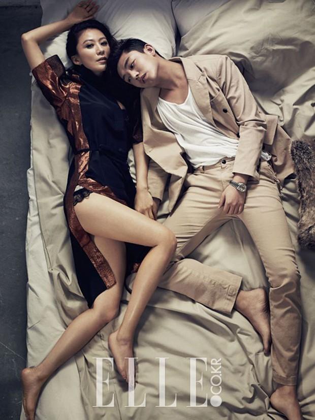 Top ảnh tạp chí đôi đẹp nhất xứ Hàn: Sốc nặng bàn tay hư Yoo Ah In đặt lên body bà cả Thế Giới Hôn Nhân, Hyun Bin - Son Ye Jin đúng huyền thoại - Ảnh 6.