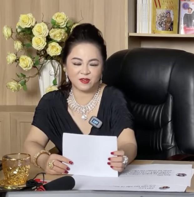 Khi nữ đại gia Phương Hằng đọc bình luận của cư dân mạng, chi tiết in ra giấy A4 làm ai cũng ôm bụng cười vì 1 lý do  - Ảnh 2.