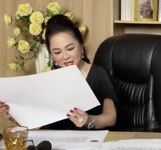 Khi nữ đại gia Phương Hằng đọc bình luận của cư dân mạng, chi tiết in ra giấy A4 làm ai cũng ôm bụng cười vì 1 lý do  - Ảnh 3.