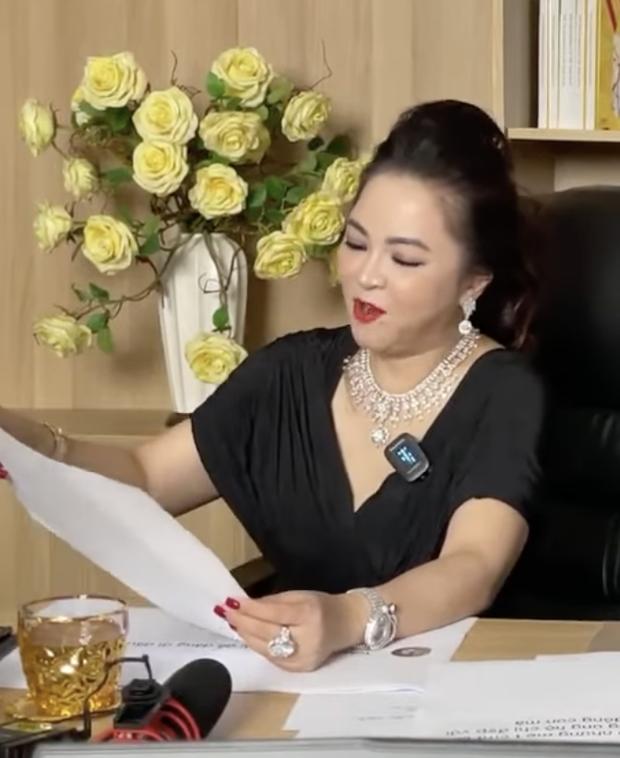 Khi nữ đại gia Phương Hằng đọc bình luận của cư dân mạng, chi tiết in ra giấy A4 làm ai cũng ôm bụng cười vì 1 lý do  - Ảnh 4.
