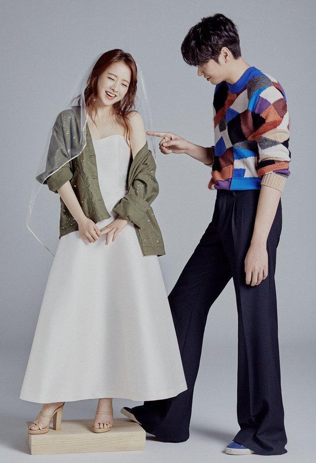 Top ảnh tạp chí đôi đẹp nhất xứ Hàn: Sốc nặng bàn tay hư Yoo Ah In đặt lên body bà cả Thế Giới Hôn Nhân, Hyun Bin - Son Ye Jin đúng huyền thoại - Ảnh 21.