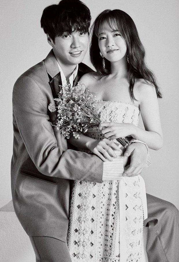 Top ảnh tạp chí đôi đẹp nhất xứ Hàn: Sốc nặng bàn tay hư Yoo Ah In đặt lên body bà cả Thế Giới Hôn Nhân, Hyun Bin - Son Ye Jin đúng huyền thoại - Ảnh 20.