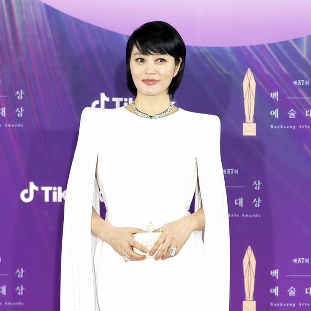 Diện đầm dạ hội sau Miranda Kerr và Ivanka Trump, chị đại Kim Hye Soo còn bị dìm đáng kể vì tóc tai - Ảnh 1.
