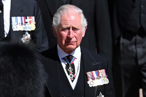 Đâm nhát dao chí mạng vào Hoàng gia Anh, Harry bị chỉ trích là thô lỗ, Meghan lại bị cho là đứng sau giật dây - Ảnh 1.