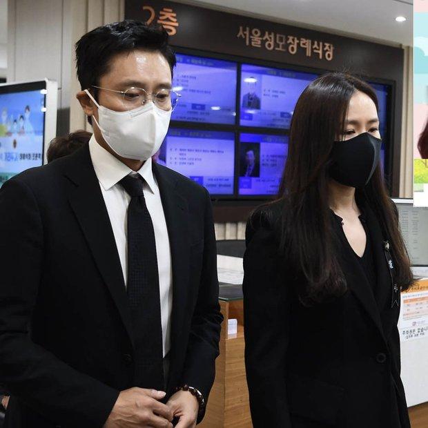 Tang lễ khiến cả Kbiz chết lặng: Son Ye Jin khóc sưng đỏ mắt, Lee Byung Hun cùng dàn sao quyền lực đau buồn tiễn biệt - Ảnh 6.