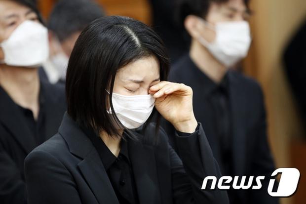 Tang lễ khiến cả Kbiz chết lặng: Son Ye Jin khóc sưng đỏ mắt, Lee Byung Hun cùng dàn sao quyền lực đau buồn tiễn biệt - Ảnh 10.