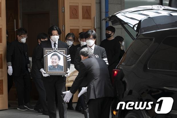 Tang lễ khiến cả Kbiz chết lặng: Son Ye Jin khóc sưng đỏ mắt, Lee Byung Hun cùng dàn sao quyền lực đau buồn tiễn biệt - Ảnh 15.