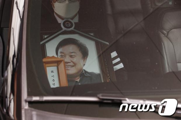 Tang lễ khiến cả Kbiz chết lặng: Son Ye Jin khóc sưng đỏ mắt, Lee Byung Hun cùng dàn sao quyền lực đau buồn tiễn biệt - Ảnh 16.