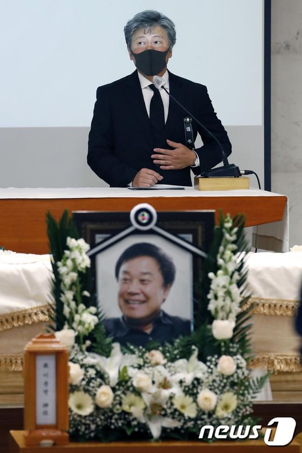 Tang lễ khiến cả Kbiz chết lặng: Son Ye Jin khóc sưng đỏ mắt, Lee Byung Hun cùng dàn sao quyền lực đau buồn tiễn biệt - Ảnh 12.