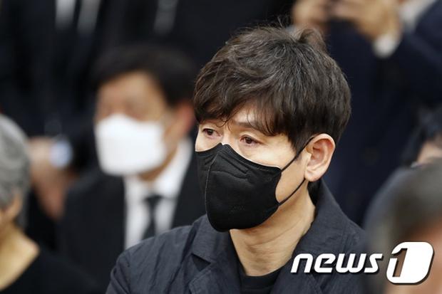 Tang lễ khiến cả Kbiz chết lặng: Son Ye Jin khóc sưng đỏ mắt, Lee Byung Hun cùng dàn sao quyền lực đau buồn tiễn biệt - Ảnh 13.