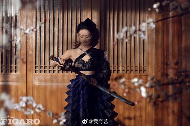 Quên ngay bộ ảnh vô hồn chụp với đàn chị đi, đây mới là loạt khung hình đẹp thần sầu của Triệu Lệ Dĩnh khiến Weibo nức nở - Ảnh 8.