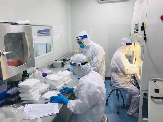 Bên trong tâm dịch Bắc Ninh: Nhân viên lấy mẫu xét nghiệm không dám uống nước vì không thể đi vệ sinh - Ảnh 1.