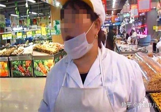Bé 5 tuổi ăn trộm trái cây bị nhân viên bán hàng đòi bồi thường gấp 10 lần, hành động của người mẹ sau đó rất thuyết phục - Ảnh 1.