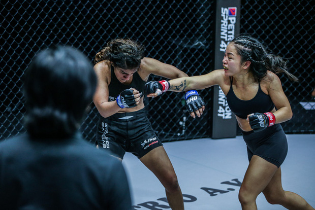 Nữ võ sĩ gốc Việt Bi Nguyễn giành chiến thắng quả cảm trước đối thủ bất bại Ritu Phogat tại giải võ thuật lớn nhất châu Á - Ảnh 2.