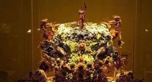 Người phụ nữ đội mũ phượng hoàng bước lên sân khấu kiểm định cổ vật, chuyên gia lập tức hét lớn: Bỏ ngay nó xuống! - Ảnh 4.
