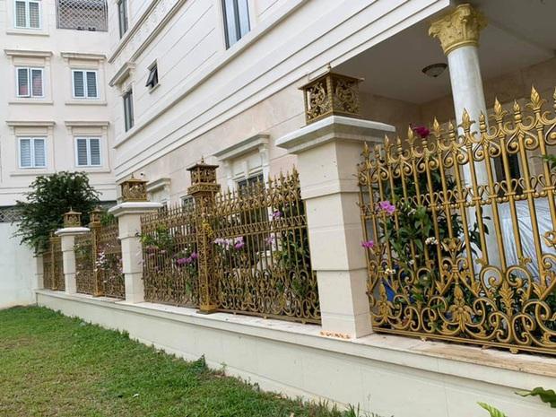 Trầm trồ chiếc hàng rào có hoa lan bung nở rực rỡ, dân mạng mải miết ghen tị vì gia chủ đã giàu lại còn biết cách chơi - Ảnh 7.