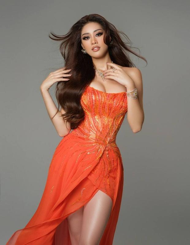 Khánh Vân ghi điểm bởi hành động cực tinh tế ở Miss Universe: Đứng sau để tránh che Hoa hậu nước bạn - Ảnh 1.