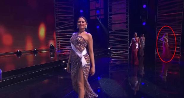 Khánh Vân ghi điểm bởi hành động cực tinh tế ở Miss Universe: Đứng sau để tránh che Hoa hậu nước bạn - Ảnh 3.